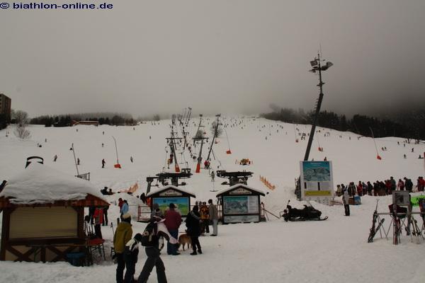 Irgendwo da oben im Nebel ist das Biathlon-Stadion...