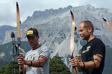 Sumann und Mesotitsch mit Pfeil und Bogen