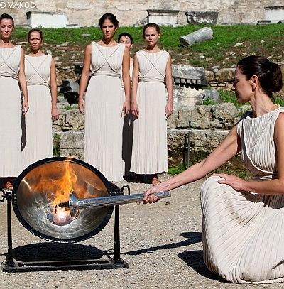 Anzünden des Olympischen Feuers in Olympia, Griechenland