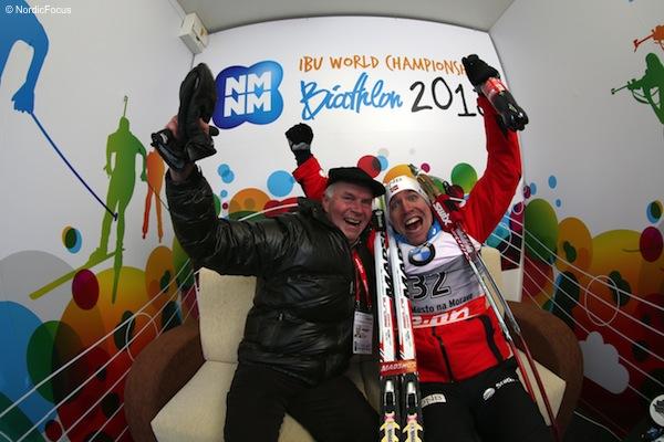 Emil Hegle Svendsen feiert mit IBU-Präsident Anders Besseberg