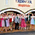 Werner Brombach (Mitte), Inhaber der Privatbrauerei ERDINGER Weißbräu, begrüßt die Biathlon- und Triathlonprofis des Teams ERDINGER Alkoholfrei zum Herbstfest in Erding.
